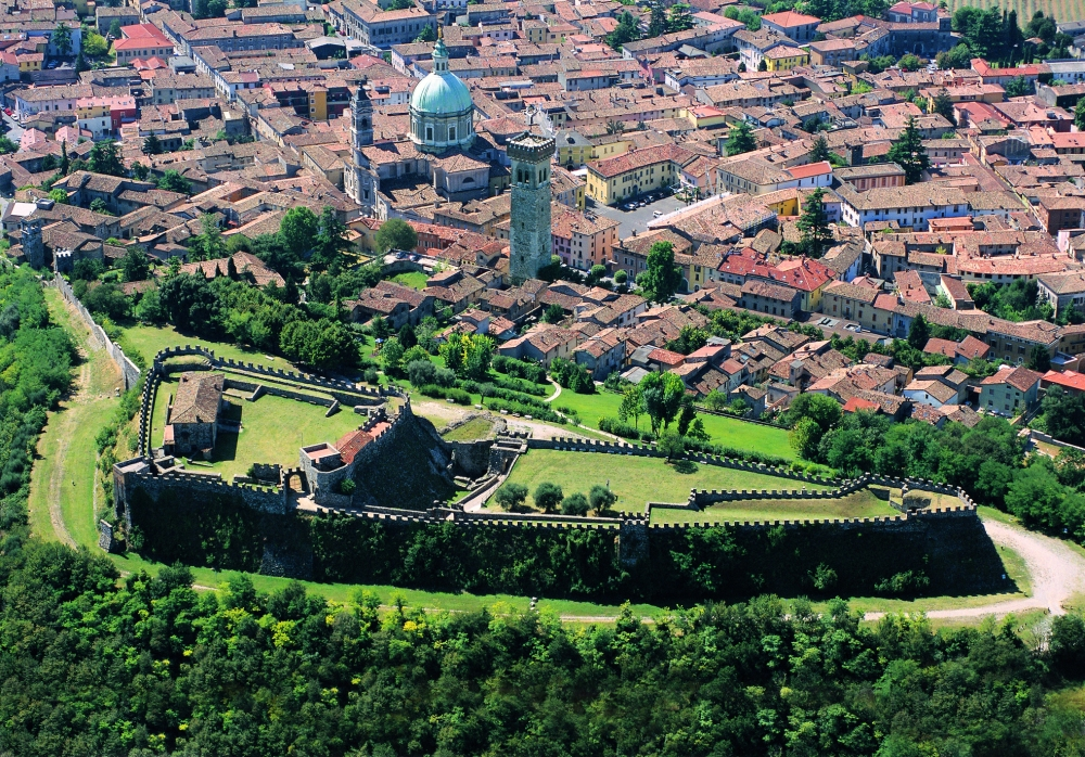 Veduta aerea di Lonato con la Rocca.jpg